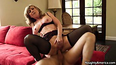 Nina Hartley shows her young lover why experience does matter